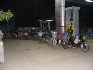 bensin habis, jerigen antri